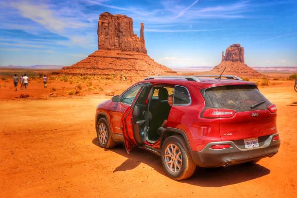 Scenic Drive Monument Valley met Jeep