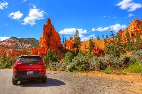 Met de auto langs de Red Canyon